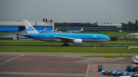 KLM Boeing 777 versnelt vóór vertrek stock footage