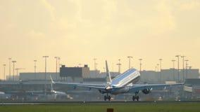 Подход к KLM Cityhopper Embraer ERJ-190 видеоматериал