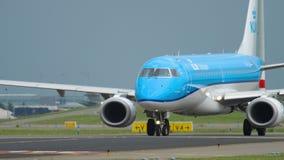 KLM Cityhopper Embraer 190 que taxiing video estoque