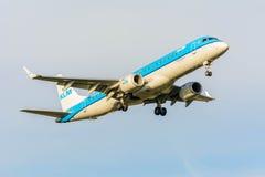 从KLM Cityhopper PH-EZS巴西航空工业公司ERJ-190的飞机为登陆做准备 免版税库存图片
