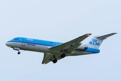 从KLM Cityhopper PH-KZA福克战斗机F70的飞机在斯希普霍尔机场登陆 库存照片