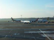 KLM Embraer 190/195 che rulla a Amburgo Fotografia Stock