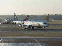 KLM Embraer 190/195 som åker taxi i Hamburg Arkivbild