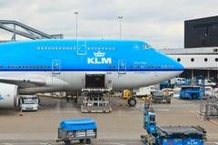Klm-Flugzeug lud in Schiphol Lizenzfreie Stockfotos