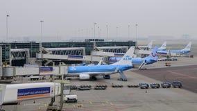 Amsterdam Nederländerna: KLM hyvlar att laddas på den Schipol flygplatsen Royaltyfria Foton