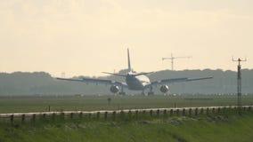 KLM-Luchtbus 330 die landen stock footage