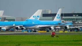 KLM mit einem Taxi fahrendes Boeing 747 stock footage
