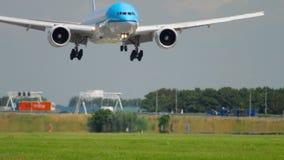 KLM näherndes Boeing 777 stock video footage