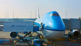 KLM planieren geladen werden an Schiphol-Flughafen Amsterdam, die Niederlande stockbilder