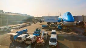 KLM planieren geladen werden an Schiphol-Flughafen Amsterdam, die Niederlande lizenzfreie stockfotos