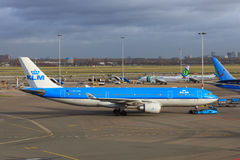 KLM A330 pushback Stock Photos