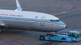 KLM RETRO- SPEZIELLES Boeing 737-800 an Schiphol-Flughafen stock video footage