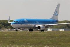 KLM Royal Dutch flygbolagBoeing 737-800 flygplan som förbereder sig för tagande-av från landningsbanan Royaltyfri Bild