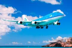 KLM 747 sobre Maho Beach, St Maarten imagem de stock royalty free