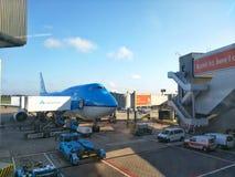 KLM spiana nell'aeroporto di Schiphol fotografia stock libera da diritti