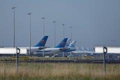 KLM surface aux portes terminales dans l'aéroport de Schiphol, Pays-Bas Images stock