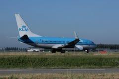 KLM surfacent dans l'aéroport de Schiphol, vue de côté Image libre de droits