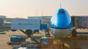 KLM-vliegtuig die bij Schiphol Luchthaven worden geladen Amsterdam, Nederland royalty-vrije stock foto