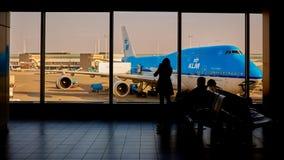 KLM-vliegtuig die bij Schiphol Luchthaven worden geladen Amsterdam, Nederland stock fotografie