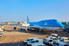 KLM-vliegtuig die bij Schiphol Luchthaven worden geladen Amsterdam, Nederland stock afbeelding