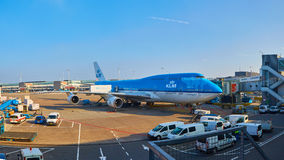 KLM-vliegtuig die bij Schiphol Luchthaven worden geladen Amsterdam, Nederland stock foto