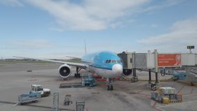 KLM-Vliegtuigen bij de Poort bij Schipol-Luchthaven stock footage