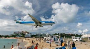 KLM voyagent en jet l'atterrissage Images libres de droits
