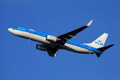 Klms 737-700 som avgår från 26r Royaltyfria Foton