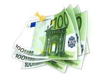 Klämt fast hundra euroräkningar på vit bakgrund 3d framför Arkivfoto