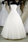 klänningen shoppar bröllop Arkivbild