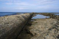 Kloakrör som har deras uttagrätt in i havet Arkivfoto
