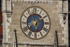 Klocka av det nya stadshuset av Munich på Marienplatz, Tyskland, 20 Royaltyfria Bilder