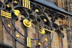 Klocka av St Vitus Gothic Cathedral i Prague Royaltyfria Bilder