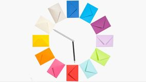 Klocka av tolv färgade bokstavskuvert för att posta för jul stock video