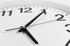 Klocka eller abstrakt bakgrund för tid klocka med visare, svart och w Arkivfoto