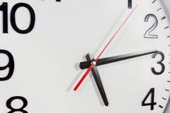 Klocka eller abstrakt bakgrund för tid vit klocka med rött och blac Royaltyfri Bild