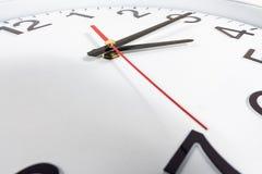 Klocka eller abstrakt bakgrund för tid vit klocka med rött och blac Royaltyfri Foto