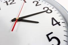 Klocka eller abstrakt bakgrund för tid vit klocka med rött och blac Arkivfoto