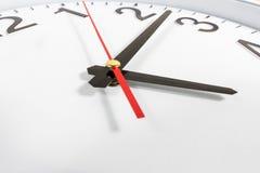 Klocka eller abstrakt bakgrund för tid vit klocka med rött och blac Arkivbilder