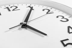 Klocka eller abstrakt bakgrund för tid vit klocka med visare, blac Arkivbild