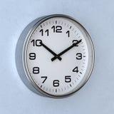 Klocka eller klocka på väggen Fotografering för Bildbyråer