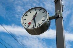 Klocka för drevstation i Schweiz royaltyfri foto