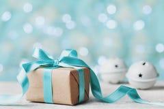 Klocka för för julgåvaask och klirr mot turkosbokehbakgrund letters amerikansk för färgexplosionen för kortet 3d ferie för hälsni Royaltyfri Foto