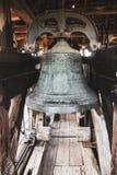 Klocka för nära härligt enormt medeltida järn gammal kyrka royaltyfri fotografi