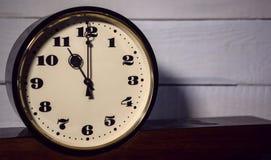 Klocka, klocka för ` för nolla elva för tappning retro i morgonen och afton Arkivbild