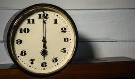 Klocka, för nolla-` för tappning retro sex klocka i morgonen och afton arkivbilder