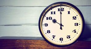 Klocka, klocka för ` för nolla tio för tappning retro i morgonen och afton Arkivbild