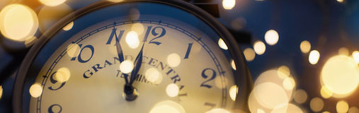 `-Klocka för nolla tolv på helgdagsafton för ` s för nytt år Arkivfoton