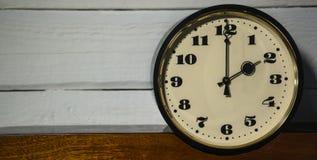 Klocka, klocka för ` för nolla två för tappning retro i morgonen och afton Royaltyfria Foton