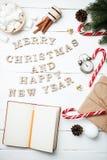 Klocka för notepad för begrepp för nytt år för julsammansättning med xmas-G royaltyfri bild